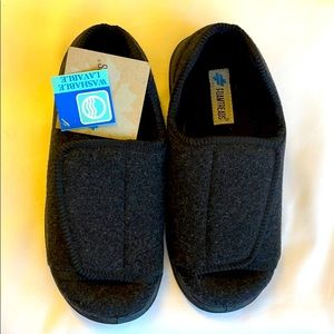 FOAMTREADS WASHABLE HOUSE SHOES.  SIZE 6…